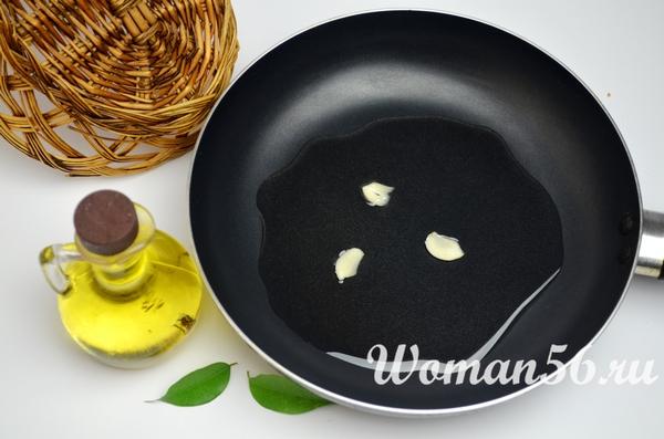 чеснок в масле на сковороде