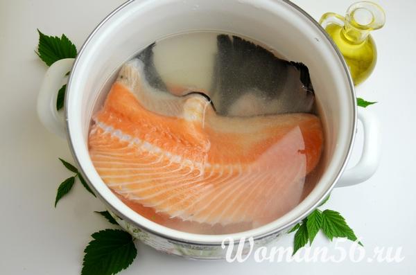 хребет красной рыбы в кипятке