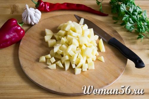 нарезанный картофель для горохового супа