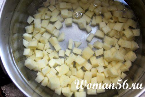 картофель в воде для грибного супа