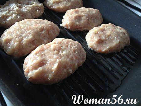 Котлеты из куриного фарша на сковороде - гриль