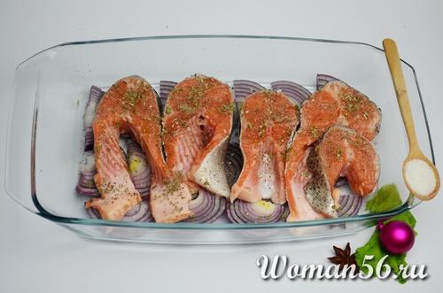 красная рыба в форме для запекания