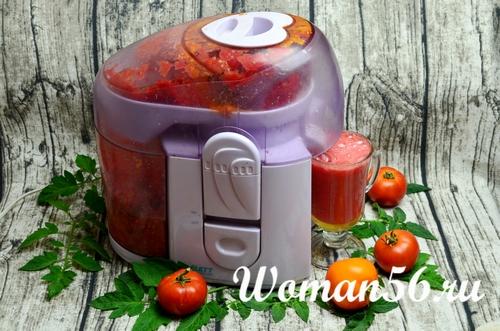 красные помидоры в соковыжималке