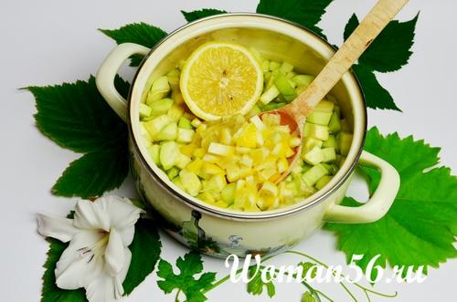 нарезанные лимоны с кабачками