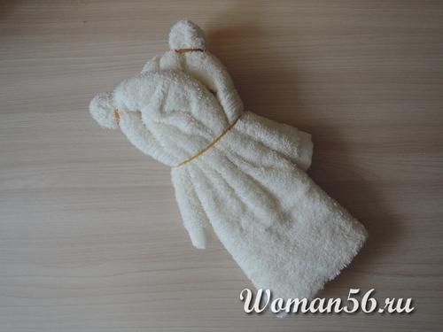 медвежонок из полотенца со спины