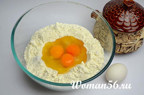 просеянная мука с яйцом