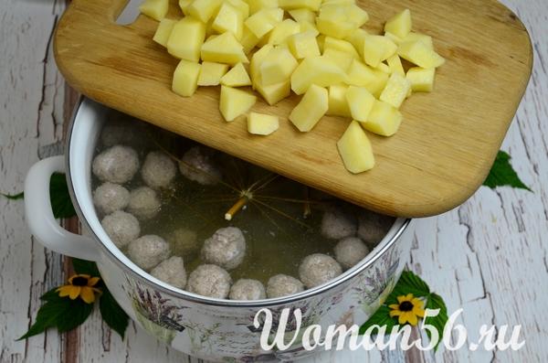 нарезанный картофель для борща