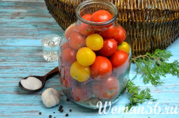 помидоры в банке и пряностями на зиму