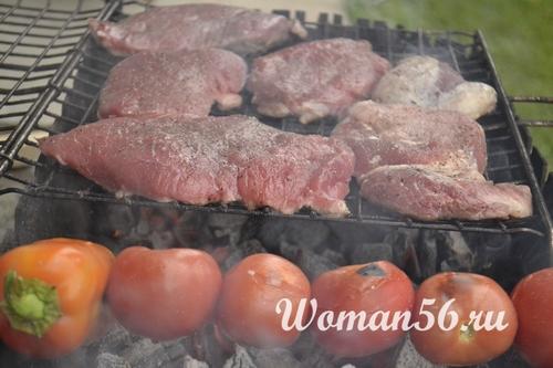 стейки из говядины на решетке с помидорами