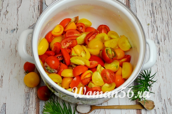 помидоры в кастрюле для салата на зиму