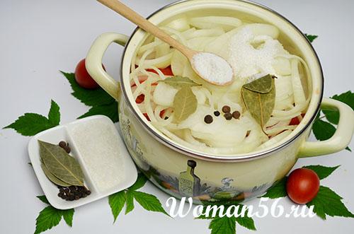 пряности для соуса с луком и помидорами