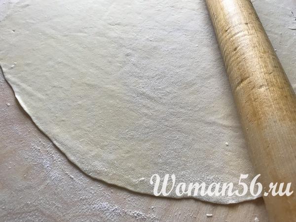 раскатанное тесто на лапшу
