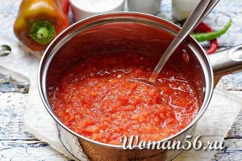 перекрученные помидоры в кастрюле