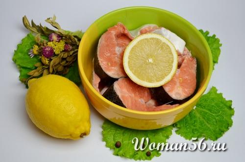 стейки лосося с лимонном соке