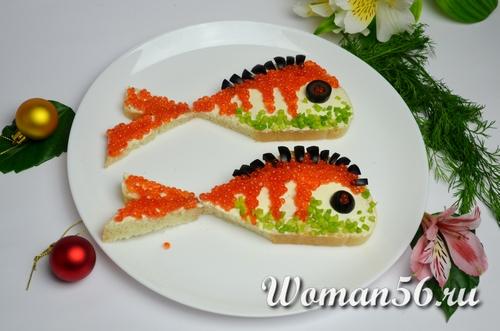 батон рыбки с икрой и маслинами