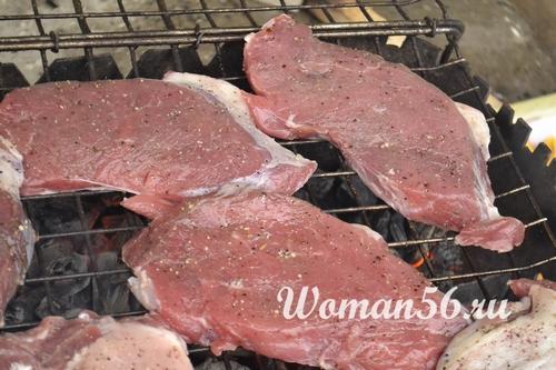 стейки из говядины на решетке
