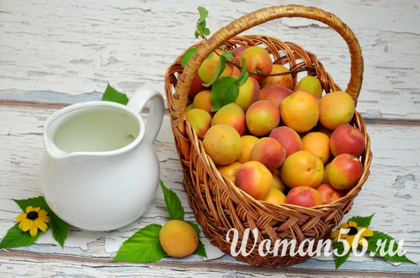 свежие абрикосы в корзине