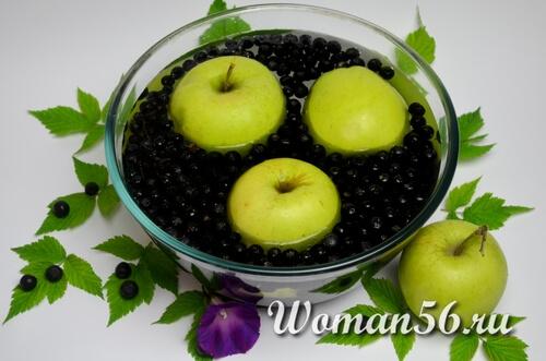 мытые яблоки с рябиной