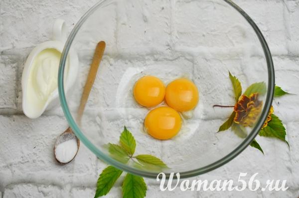 яичные желтки в миске